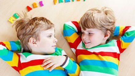 Отличие близнецов от двойняшек: как различить похожих друг на друга детей